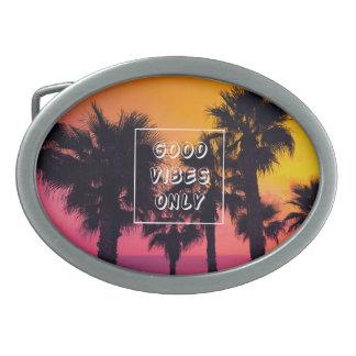 Puesta del sol tropical de las palmas de la playa hebilla de cinturon oval