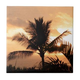 Puesta del sol tropical de oro y palmera azulejo cuadrado pequeño