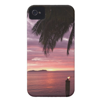 Puesta del sol tropical imponente shinging a iPhone 4 Case-Mate protector