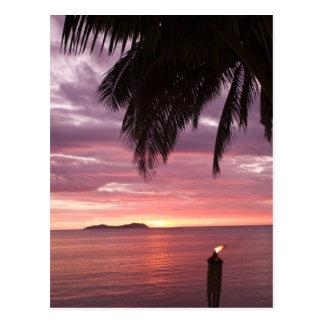 Puesta del sol tropical imponente shinging a postales