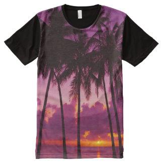 Puesta del sol tropical púrpura por todo la