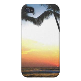Puesta del sol tropical que brilla intensamente iPhone 4 fundas