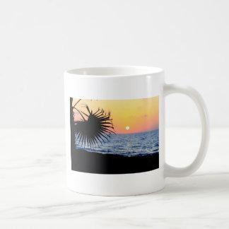 Puesta del sol tropical tazas