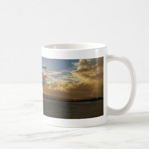 Puesta del sol tropical taza de café