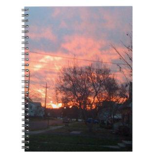 Puesta del sol y cielos rojos libreta