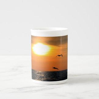 Puesta del sol y gaviotas taza de porcelana
