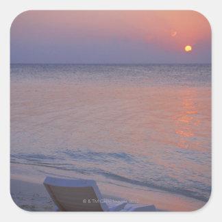 Puesta del sol y mar calcomanía cuadrada