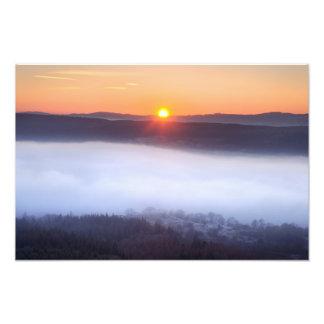 Puesta del sol y niebla baja - cicatriz del explor fotografia