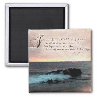 Puesta del sol y Psalms-9 1-2 en la playa de Hawa Iman
