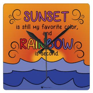 Puesta del sol y reloj cuadrado del arco iris