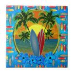 Puesta del sol y tablas hawaianas azulejo