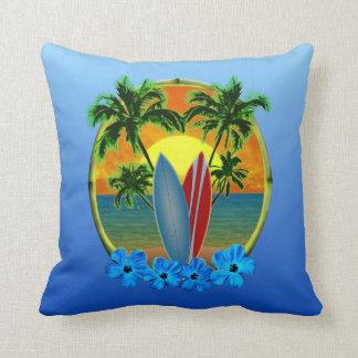 Puesta del sol y tablas hawaianas cojin