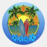 Puesta del sol y tablas hawaianas etiqueta redonda