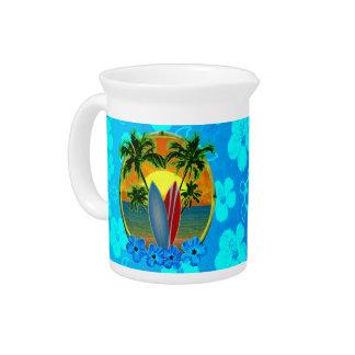 Puesta del sol y tablas hawaianas jarras para bebida