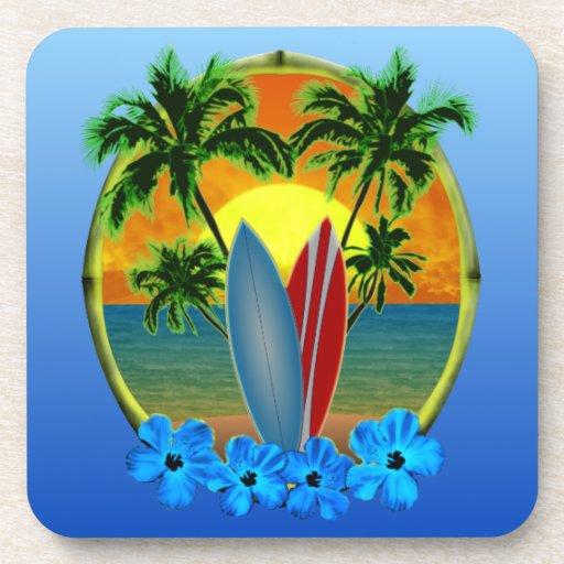 Puesta del sol y tablas hawaianas posavasos de bebidas