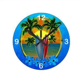 Puesta del sol y tablas hawaianas reloj redondo mediano