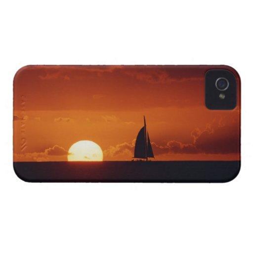 Puesta del sol y yate 2 iPhone 4 Case-Mate carcasa