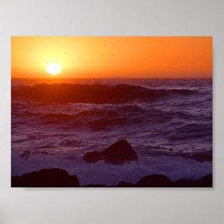 Puestas del sol sobre la playa póster