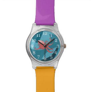 Pulpo anaranjado en el mar que remolina relojes de mano