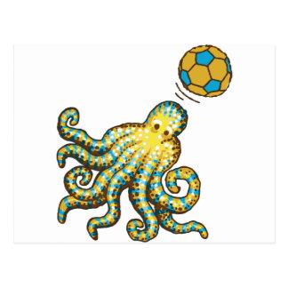 Pulpo con un balón de fútbol postal