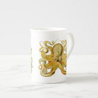 Pulpo de Ernst Haeckel del vintage en amarillo Taza De Porcelana