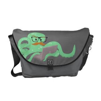 Pulpo divertido con la bolsa de mensajero del bigo bolsas de mensajeria