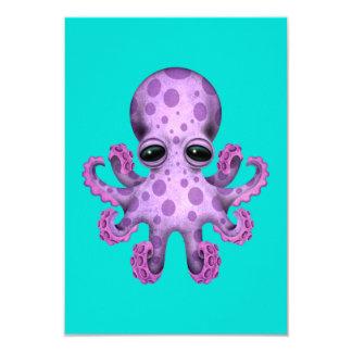 """Pulpo púrpura lindo del bebé en azul invitación 3.5"""" x 5"""""""