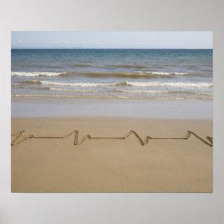 Pulso/corazón-rate dibujado en arena en la playa póster
