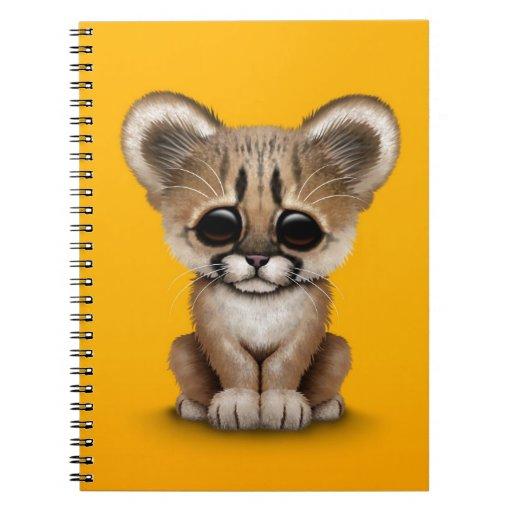 Puma lindo Cub del bebé en amarillo Cuadernos