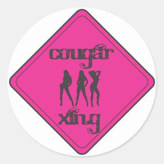 Puma rosado que cruza a 3 señoras pegatina redonda