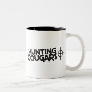 pumas de la caza con la diana y la blanco taza dos tonos