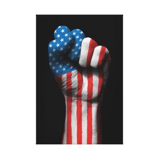 Puño apretado aumentado con la bandera americana lona estirada galerías