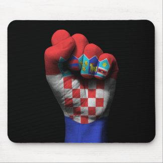 Puño apretado aumentado con la bandera croata alfombrillas de ratón