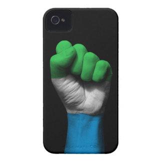 Puño apretado aumentado con la bandera del Sierra iPhone 4 Protector