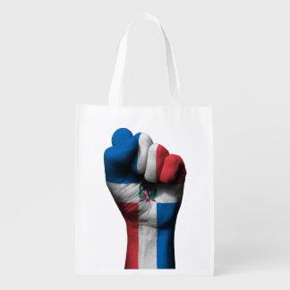 Puño apretado aumentado con la bandera dominicana bolsa reutilizable