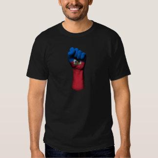 Puño apretado aumentado con la bandera haitiana camisas