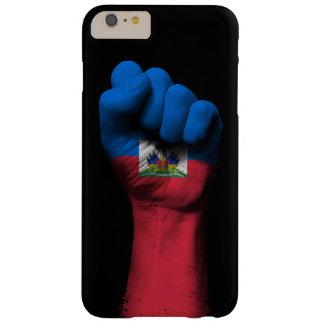 Puño apretado aumentado con la bandera haitiana funda para iPhone 6 plus barely there
