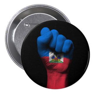 Puño apretado aumentado con la bandera haitiana pin redondo 7 cm