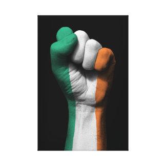 Puño apretado aumentado con la bandera irlandesa impresión en lienzo estirada
