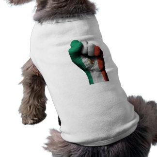 Puño apretado aumentado con la bandera mexicana camiseta de perrito