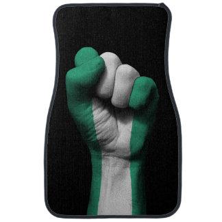 Puño apretado aumentado con la bandera nigeriana alfombrilla de auto