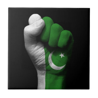 Puño apretado aumentado con la bandera paquistaní azulejo cuadrado pequeño