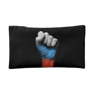 Puño apretado aumentado con la bandera rusa