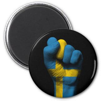 Puño apretado aumentado con la bandera sueca imán redondo 5 cm
