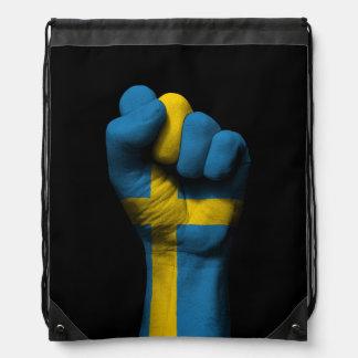Puño apretado aumentado con la bandera sueca mochila
