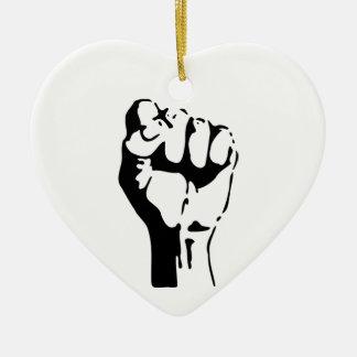 Puño aumentado del desafío/de la resistencia adorno navideño de cerámica en forma de corazón