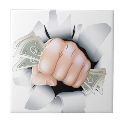 Puño del efectivo que se rompe a través de la pare azulejo cuadrado pequeño