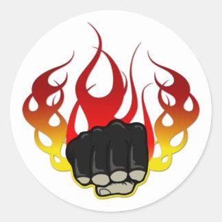 Puño del fuego pegatina redonda