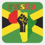 Puño del poder negro de Rasta sobre África Pegatinas Cuadradas