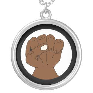 Puño negro del orgullo del collar del poder